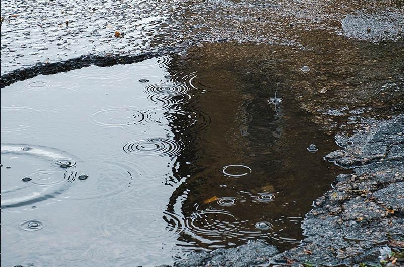 Vattenpölar på asfalt